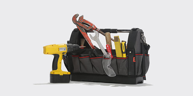 schwarzer gefüllter Werkzeugkoffer
