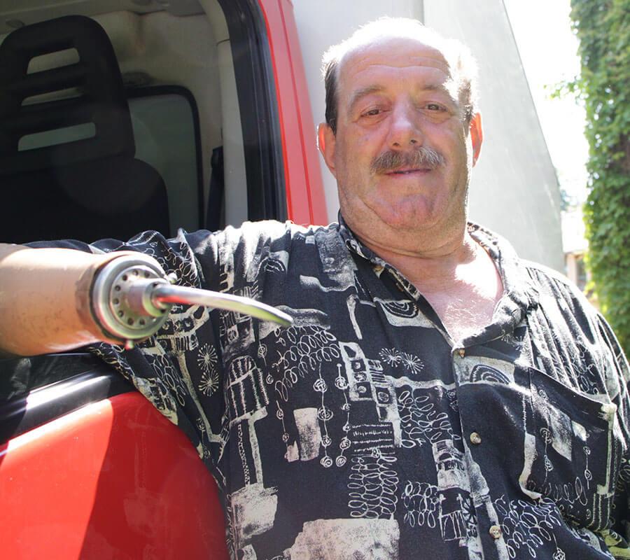 Mann mit Hakenhand am rechten Unterarm